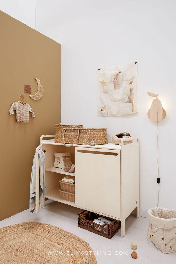 Houten commode neutrale babykamer