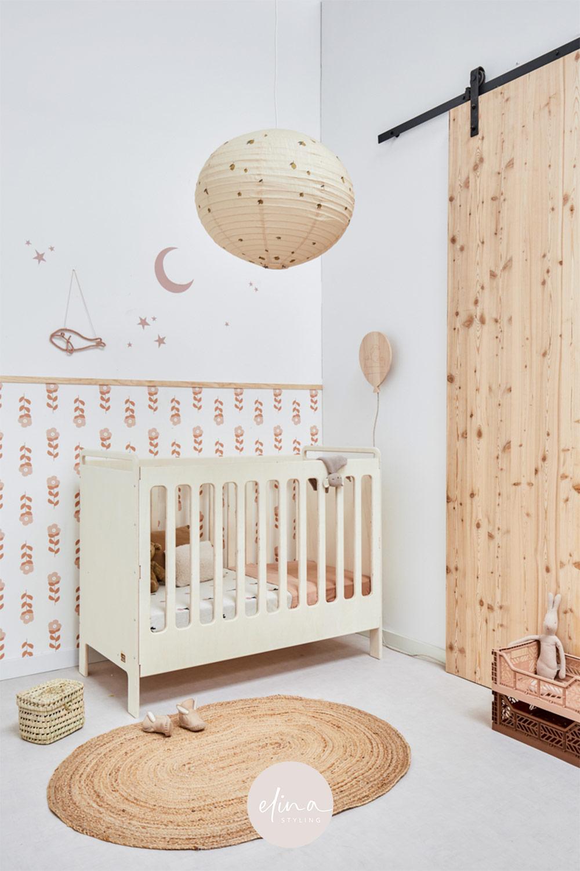 Babykamer meisje inspiratie naturel hout nude bloemen behang